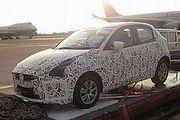 藏不住的動感身形,新世代Mazda2偽裝車機場現身