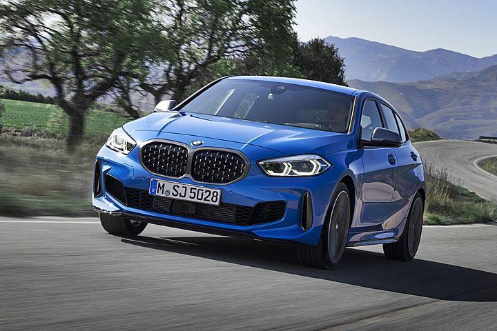 BMW 亮相第 3 代大改款 1 Series,新車改採 FAAR 前驅底盤設定,首波提供 118i、116d、118d、120d xDrive 等動力;MPA 性能車型改為 M135i xDrive 擔綱。臺灣市場最快則會在 10 月底導入。